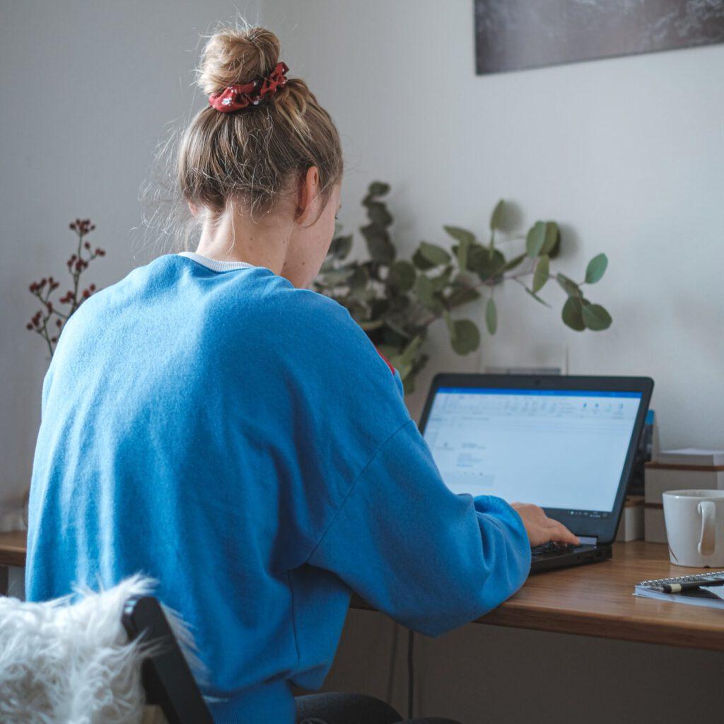 Junge Frau im Home Office am Laptop
