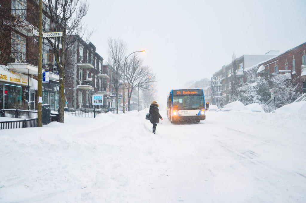 Schneebedeckte Straße in einem Wohngebiet