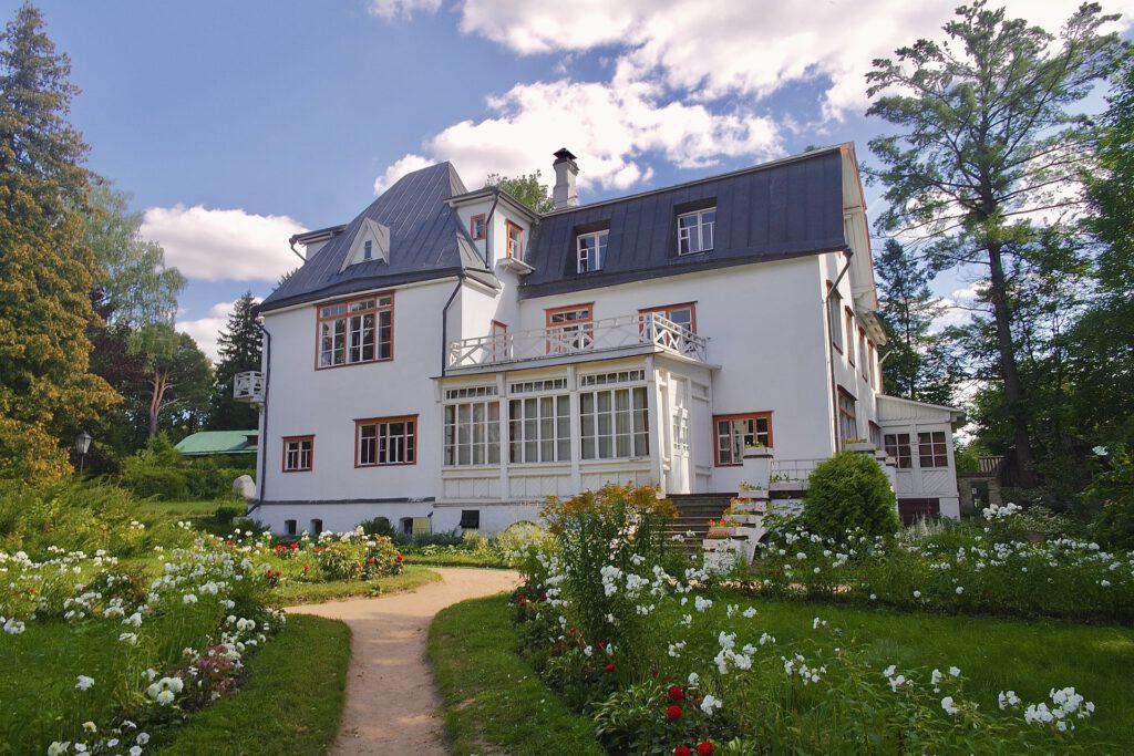 Alte Villa am Stadtrand und großem Garten.