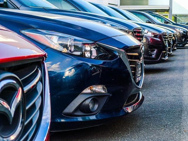 Autos in einer Reihe geparkt auf dem Hof eines Autohändlers