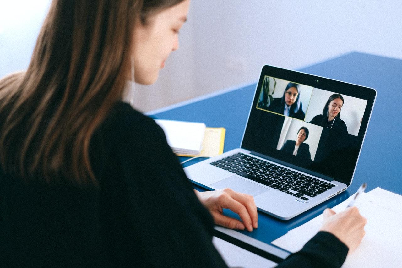Frau in einem Videocall im Home Office